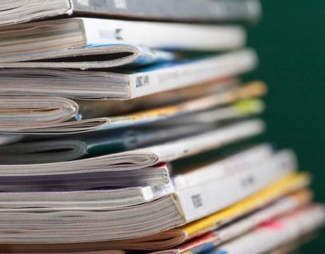 stack-of-magazines-de