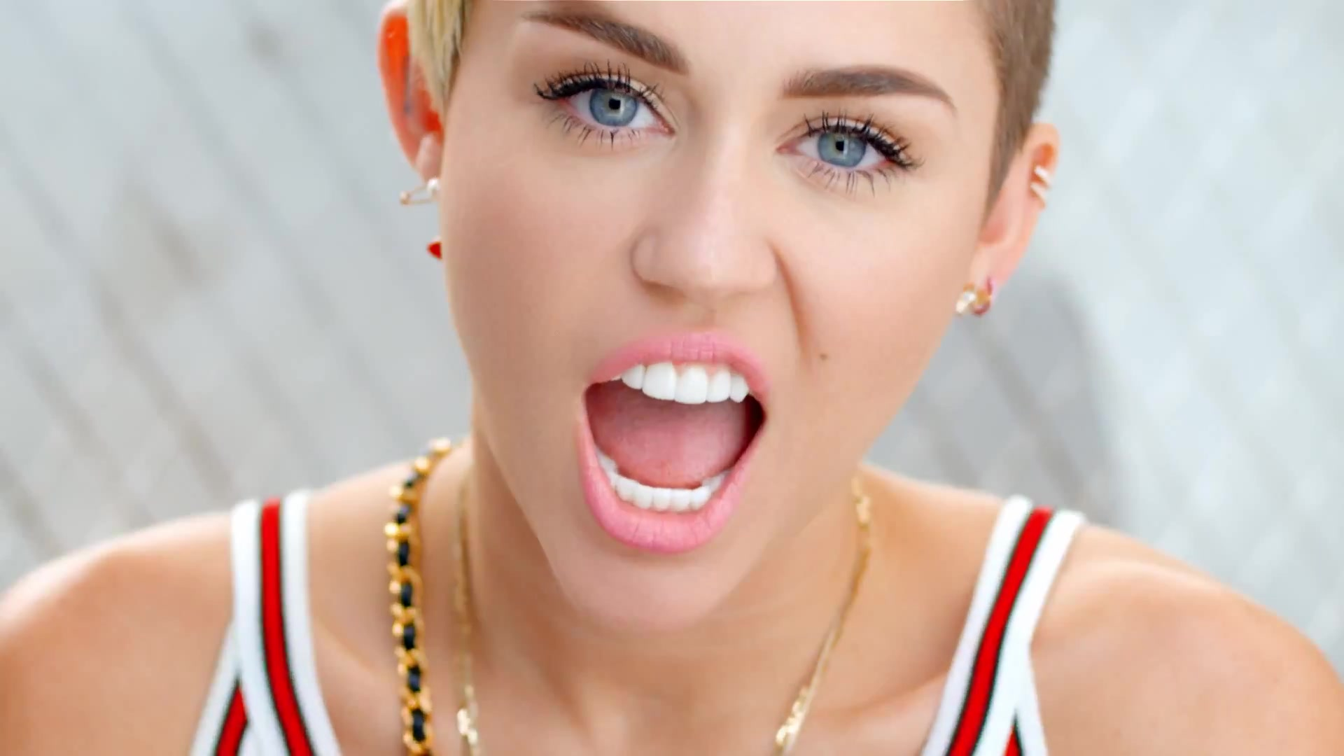 23_MILEY_CYRUS_KISSTHEMGOODBYE_NET_0621