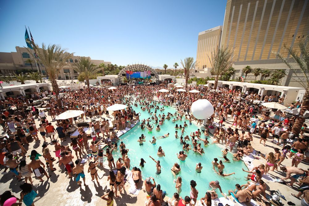 DAYLIGHT Beach Club at Mandalay Bay with people