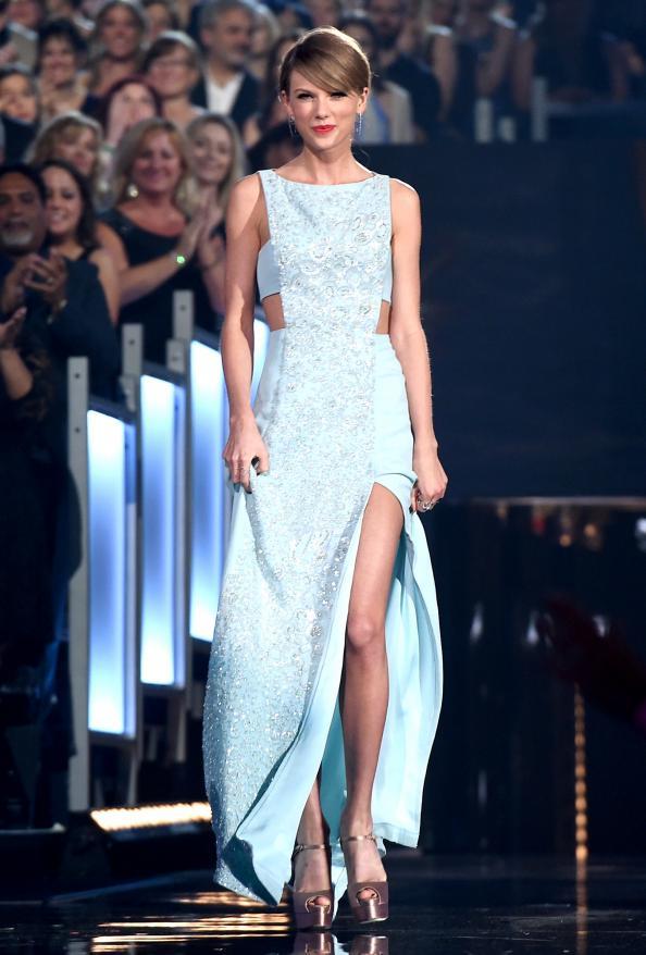 042015-taylor-swift-2015-acm-awards