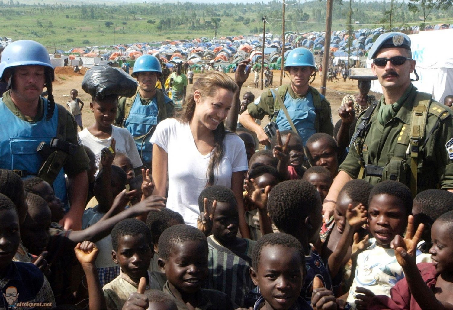 Angelina_Jolie_congo-sept-2003-001