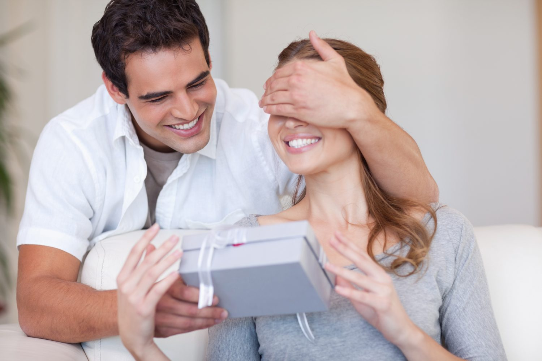 Женщина подарила мужу секс втроём на их годовщину  529938